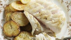 El pescado blanco escalfado, como el bacalao, y las patatas cocidas al horno, hacen una buena cena en una dieta blanda.