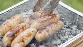 Chorizos grillados al aire libre.