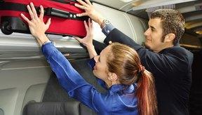 Deja las valijas grandes en la bodega o pide ayuda al colocarlas en la cabina superior.
