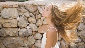 Las hormonas hacen que las mujeres tengan un cabello más fino que se cae con menos facilidad.