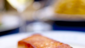 El salmón y otras grasas proveen buena fuente de ácidos grasos omega-3.