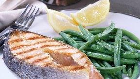 Apunta a consumir 8 onzas de pescado, como el salmón, por semana.