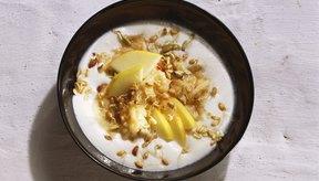 Añade nueces, fruta seca y semillas de linaza para aumentar las calorías en tu yogur.