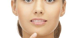 Varios factores pueden causar acné en la línea de la mandíbula.