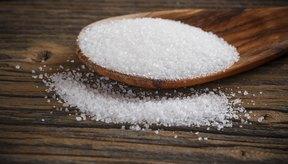Azúcar blanco en una cuchara de madera.