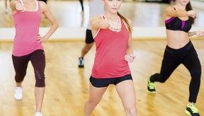 El step aeróbico quema la grasa y trabaja caderas, glúteos y piernas.