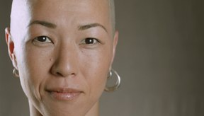 Hombres y mujeres de todas las edades se están afeitando las cabezas para generar conciencia para una cura del cáncer.