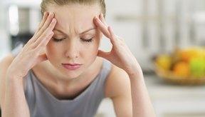 Mujer con dolor de cabeza por abstinencia de cafeína.