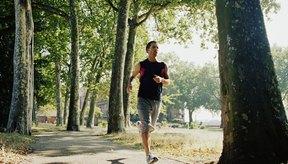 Un pareja corriendo en el parque durante el invierno.