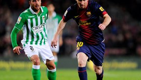 Lionel Messi de Barcelona escoge sus huecos para atacar.