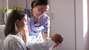 La enfemera de parto cumple un rol muy importante durante el nacimiento del bebé.