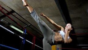 El kickboxing suele practicarse para la defensa personal, para estar en forma o como deporte.