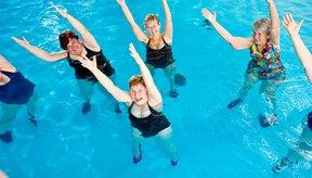 Saltar, patear y girar en el agua puede ser bueno para tus piernas.