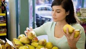 Mujer seleccionando peras.