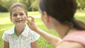 Usa canciones sobre protección solar que ayudarán a tu hijo a recordar los consejos para protegerse.