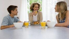 Las adolescentes pueden prepararse fácilmente un tazón de cereal integral con leche descremada.