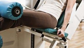 A diferencia de yoga, el entrenamiento con pesas tiende a aislar los músculos con ejercicios como curls de bíceps y las prensas de la pierna.