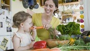 Anima a tus hijos a comer distintos alimentos para que consuman distintos alimentos y obtener un equilibrio de nutrientes.