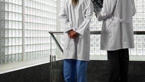 Los médicos alopáticos deben estudiar muchos años antes de obtener su licencia.