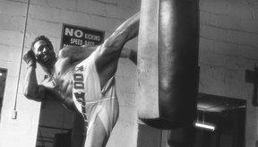 Si te encuentras sin un compañero de entrenamiento en el gimnasio, una bolsa pesada se hace un blanco desafiante con el cual practicar patadas laterales.