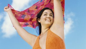 Resta importancia a los brazos grandes con un traje de baño que resalte tus atractivos.