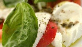 La mozzarella fresca es un ingrediente clave de la ensalada caprese.
