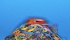 Las bandas elásticas y los vasos de plástico son utilizados en variedad de juegos.