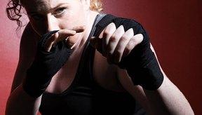 Golpea un saco de boxeo usando sólo vendas en las manos.