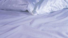 Dormir sobre una funda para almohada de satén puede evitar que el pelo se enrede.