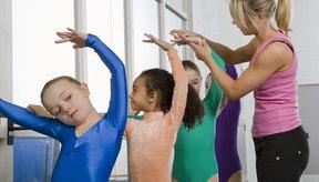Las bailarinas practican en la barra, mientras que las gimnastas usan muchos aparatos distintos.