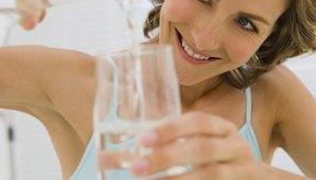 El agua también ayuda a que el cuerpo elimine la hinchazón abdominal.