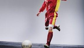 Para la mayoría de los jugadores, el dominante pie derecho es utilizado para rematar.