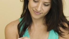 El aceite de cutícula mantiene las uñas suaves.