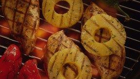 La piña fresca a la parrilla es una sabrosa golosina servida con frecuencia en los restaurantes de temática tropical.