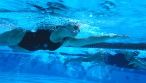 El nadador competitivo hace más eficiente su cuerpo para lograr más velocidad.