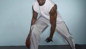 Usa tu mano derecha para pasar el balón por entre tus piernas hacia adelante y hacia atrás