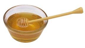 Añade miel y limón al agua para ayudarte a luchar contra tu malestar.