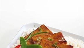 Para reducir calorías, utiliza aceite con moderación al preparar el tofu.