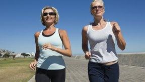 Caminar es una buena actividad aeróbica para mujeres mayores.