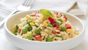 El arroz no contiene gluten, pero contiene 15 gramos de carbohidratos cada 1/3 de taza de arroz cocido.