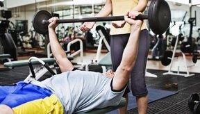 Las pesas te capacitan para hacer movimientos compuestos como el press de pectorales.