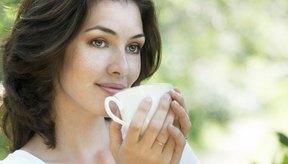 Mujer sosteniendo taza de café.