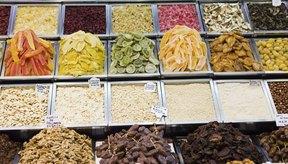 La fruta seca sirve en diferentes platos en la cocina.