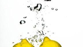 Agrégale una pequeña cantidad de jugo de limón a la solución.