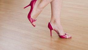 Usar sandalias o tacones altos puede contribuir a que tus pies se vuelvan ásperos y con callosidades.