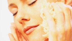 Elimina los restos de piel muerta con bicarbonato de sodio y luego humecta la piel con vitamina E.