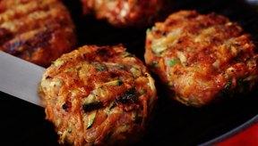 Las hamburguesas de pavo se cocinan rápidamente en una sartén grande.