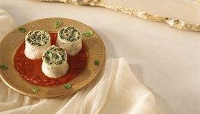 Incluye espinacas enlatadas en envoltorios hechos con pechuga de pollo asada y tortillas de grano entero.