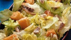 La ensalada césar tradicional contiene huevo crudo o poco cocido.