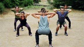 Establecer una buena forma en cuclillas antes de añadir peso maximiza la seguridad y los resultados.